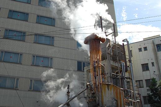 PROJECT08:チウ・ジージェ作品は、高温の源泉が吹き出す鉄輪(かんなわ)エリアの噴気口にしかけられている