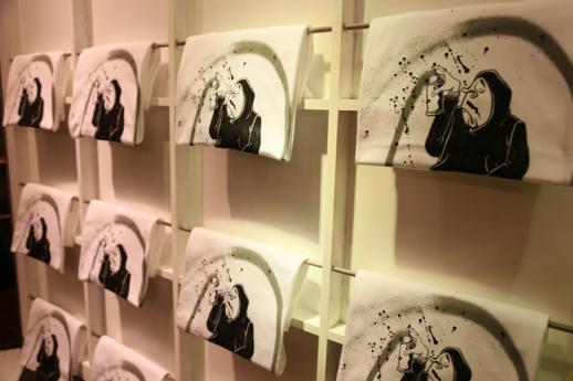 本展覧会のために制作されたオリジナルデザインのTシャツも販売されている。