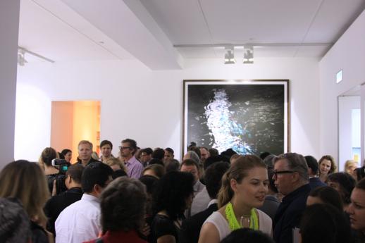 2012年にガゴシアン・ギャラリーが香港に支店をオープンした際にこけら落としとなった、アンドレアス・グルスキー展のオープニング。あまりの人で身動きがとれない。