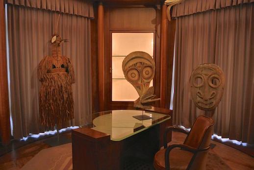 書斎にあらわれた異形の仮面たちにドキリ。1階は公的な空間に合わせ、2階は私的な空間に合わせて展示が構成されている。