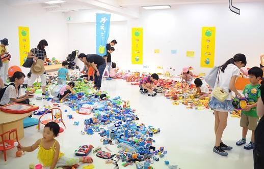 アーティスト藤浩志氏が発案した、遊ばなくなったおもちゃと使って地域にさまざまな活動を作り出すシステム「かえっこ」は、遊びから子供の創造性や地域のコミュニケーションを誘発する