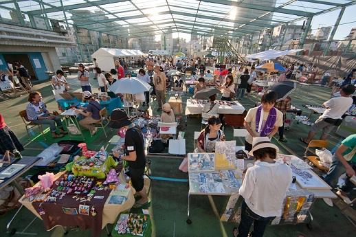 クロスジャンルな出展者が参加し、アート作品からコレクションまで様々なものが並んだ千代田芸術祭[2011マーケット部門]の様子
