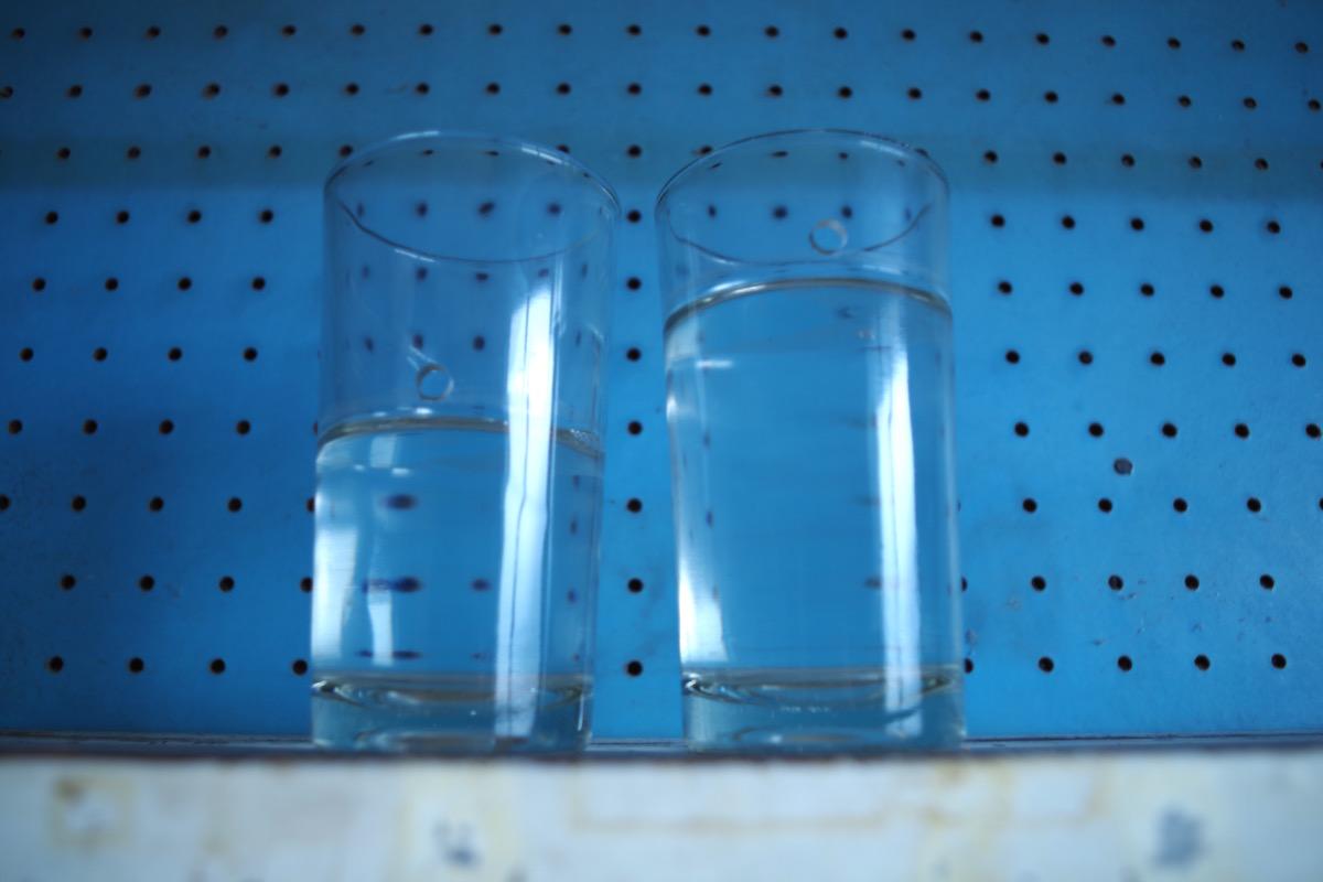 意味深な穴の空いた水の入ったグラス