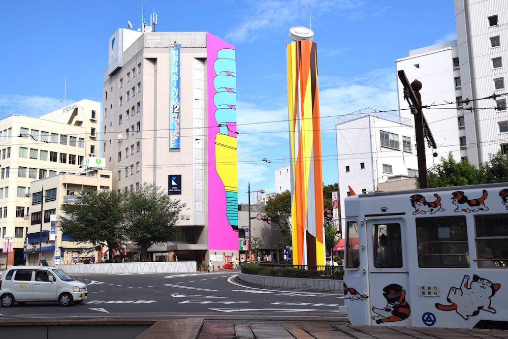 リアム作品の前には、岡山市民の足の一つ路面電車「岡山電気軌道」が行き交う