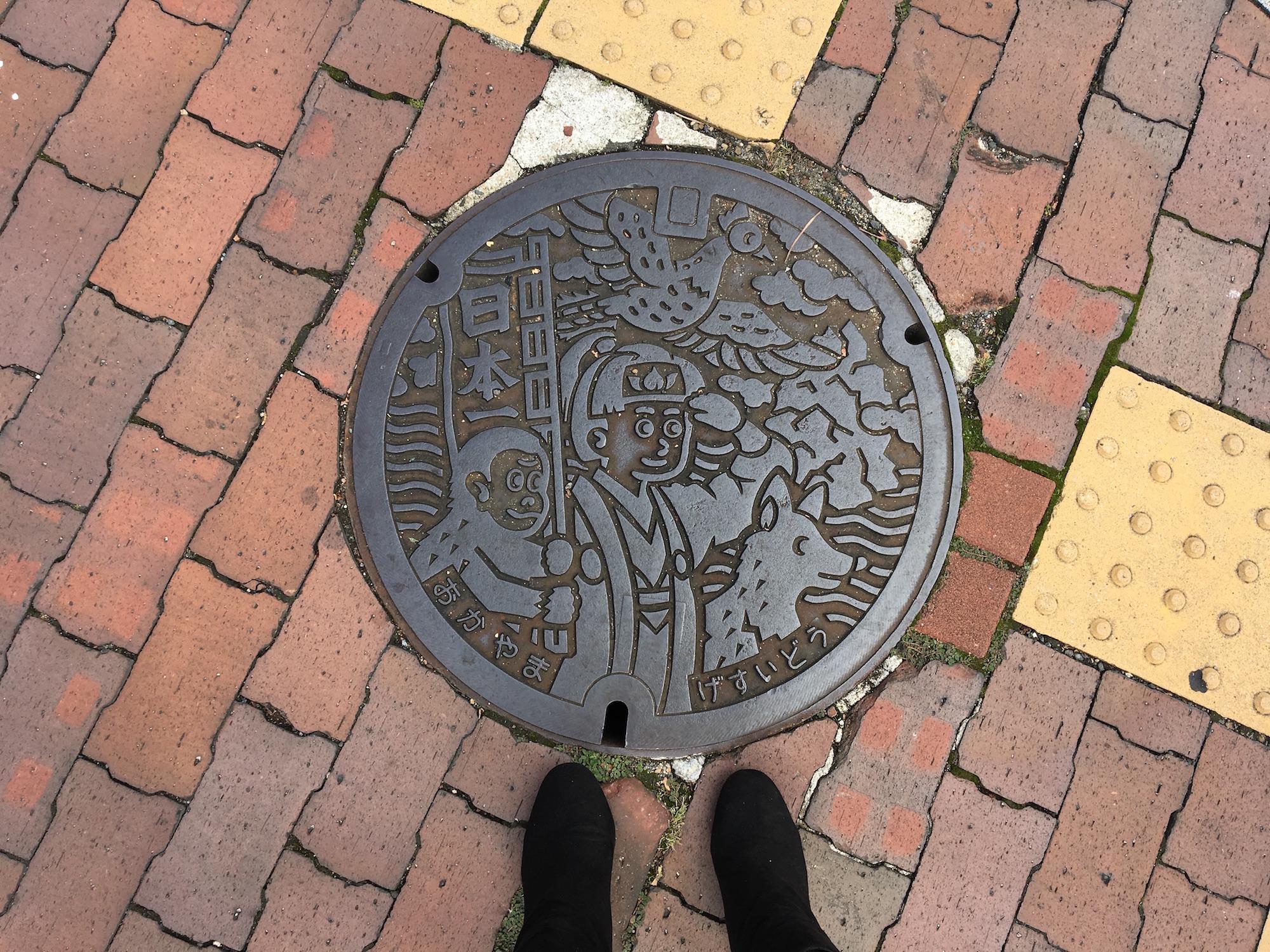 桃太郎のマンホールが街中に。このようなスポットを見つけるのも街歩きの醍醐味の一つ