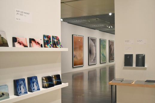 展示室のすぐ外にあるショップ。シンプルな空間で、展覧会の世界観がいかされています