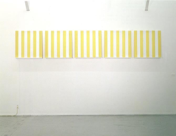 《「5つのエレメント」白と黄の布 アクリル白絵の具によって描かれた二本の特別に白い縞》