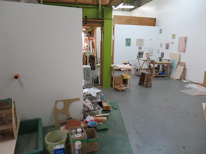 大きく分けて手前が立体、奥壁を平面の作家が使用している。右奥に写っているのはスタジオメンバーである菊池奈緒さんの制作中の作品。