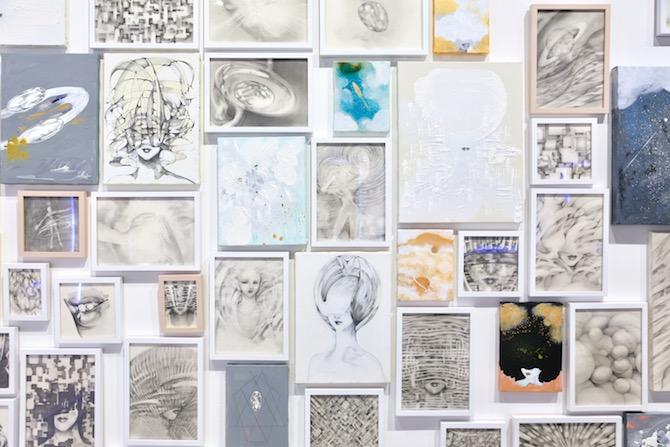 大きな作品の他に小作品が所狭しと壁に並ぶ