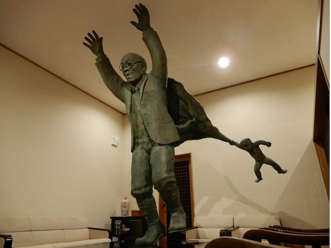 油屋熊八の銅像があるメインルーム