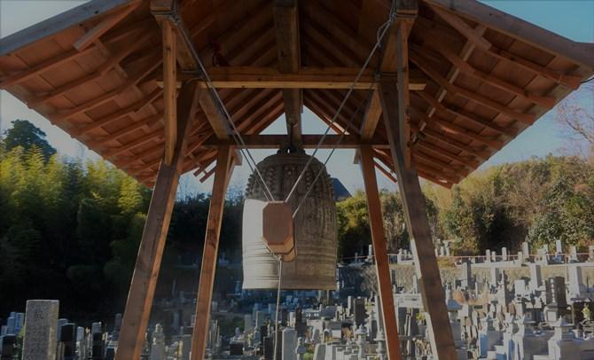 鐘はアルミ缶15000個から鋳造されたという。