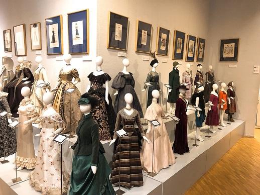 様々な様式のドレスの資料が常設展示されている。衣装製作や人形製作を楽しむ人達が遠くからわざわざ訪れることもあるそう。