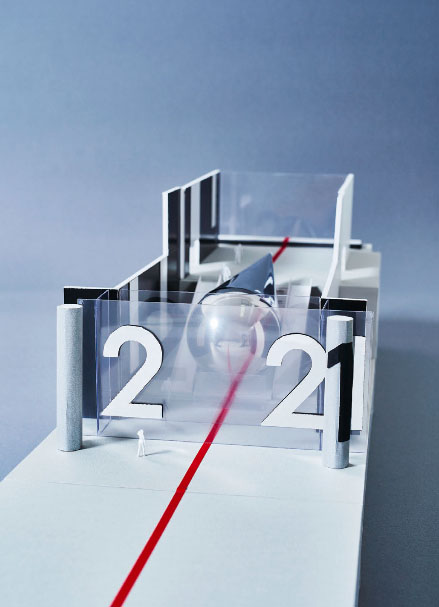 作品展示模型。雫型の鏡面バルーンが「2021」の「0」を表現している