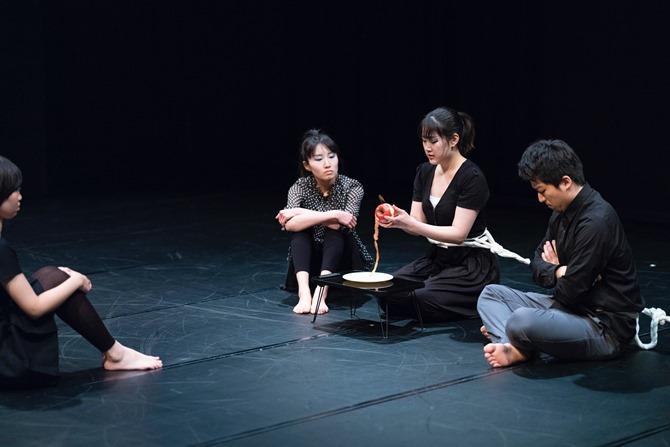 『MONOLITH』のワンシーン。ちゃぶ台を囲む家族のイメージはとても日本的だ