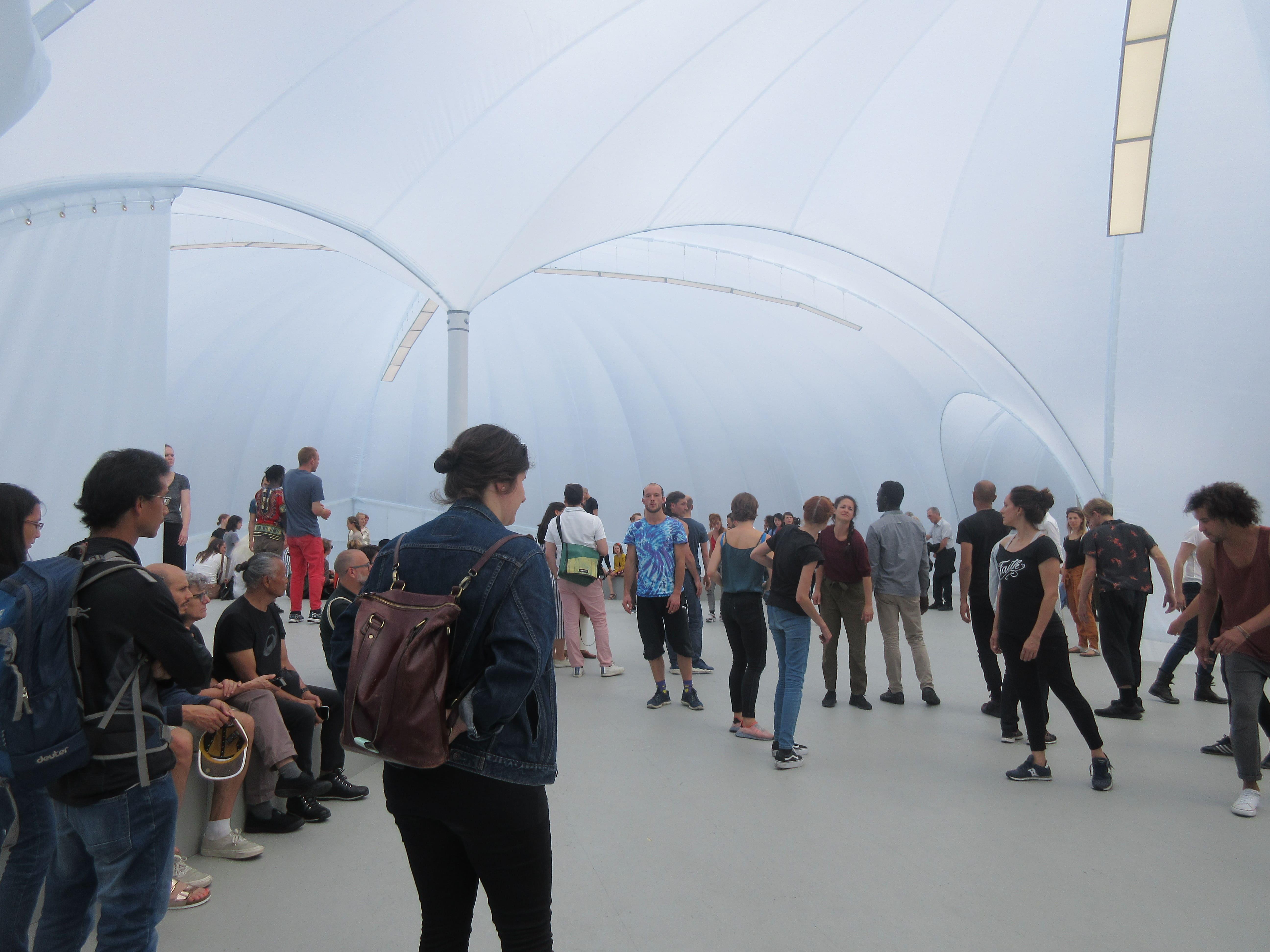 会場外の特設ブースでは、アレクサンドラ・ピリチによる体験型パフォーマンスの上演が行われた。