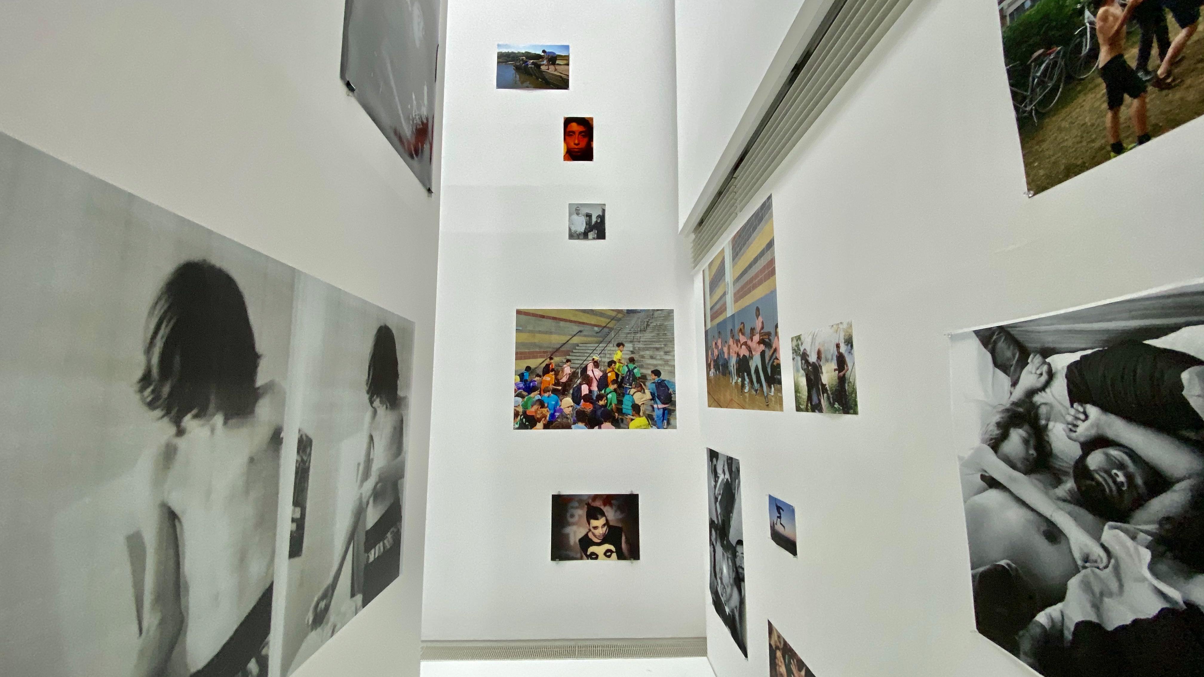 展覧会風景。スクラップブックを思わせる写真の配置