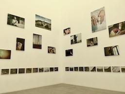 長島有里枝がキュレーション、フェミニズムの視点から10名の作家の作品を見る。金沢21世紀美術館「ぎこちない会話への対応策—第三波フェミニズムの視点で」展レポート