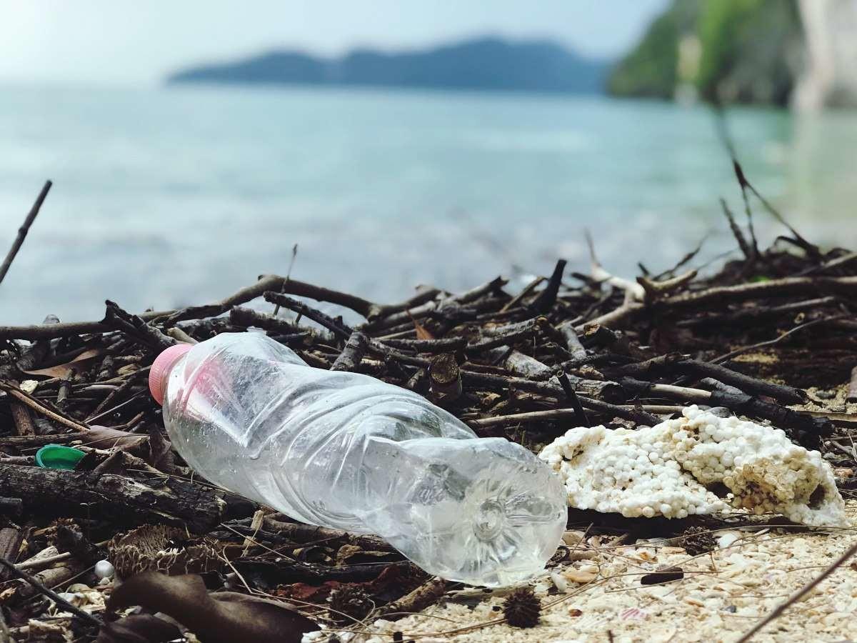 playa contaminada con plasticos