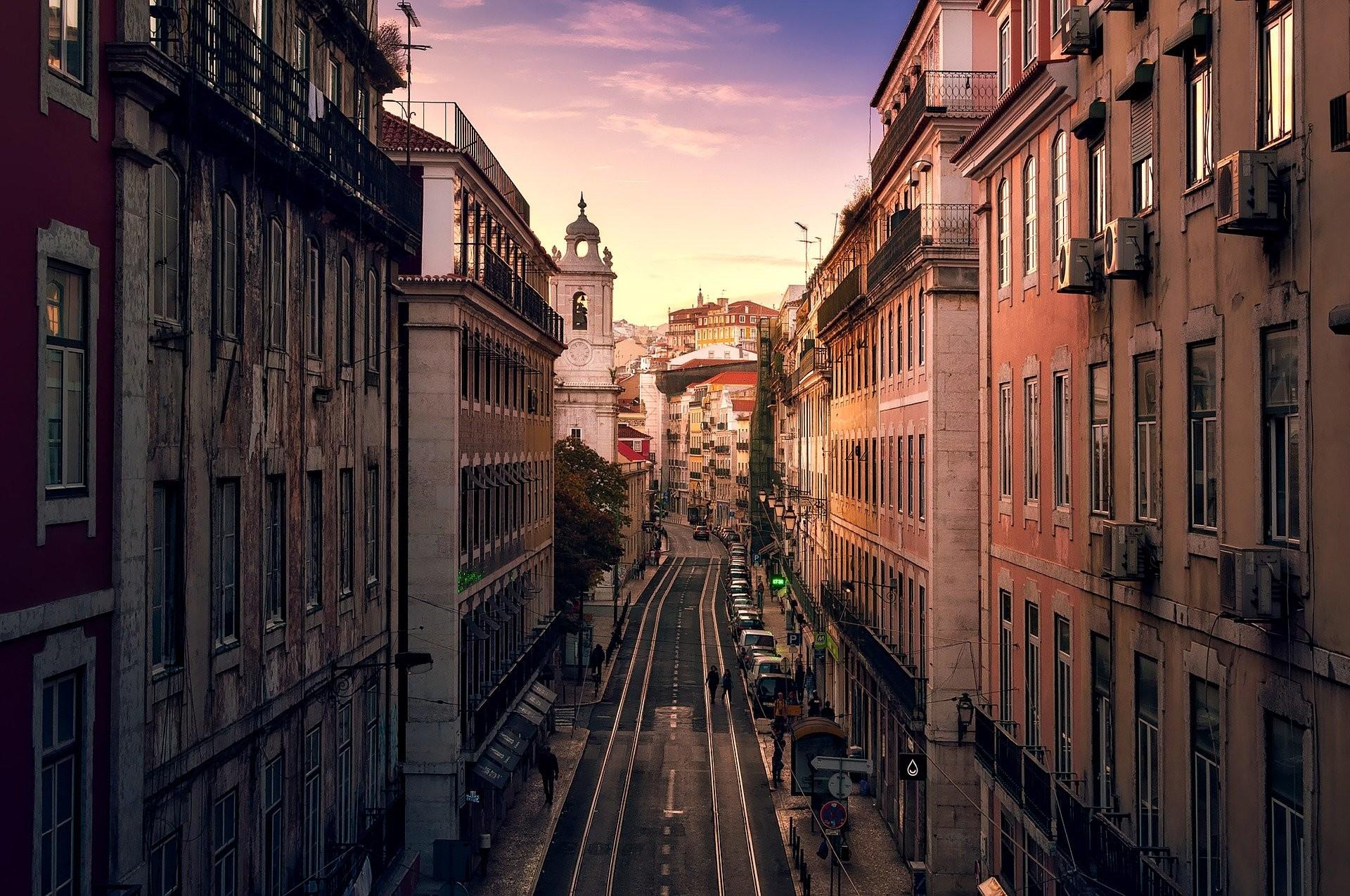 calle vacía en Lisboa