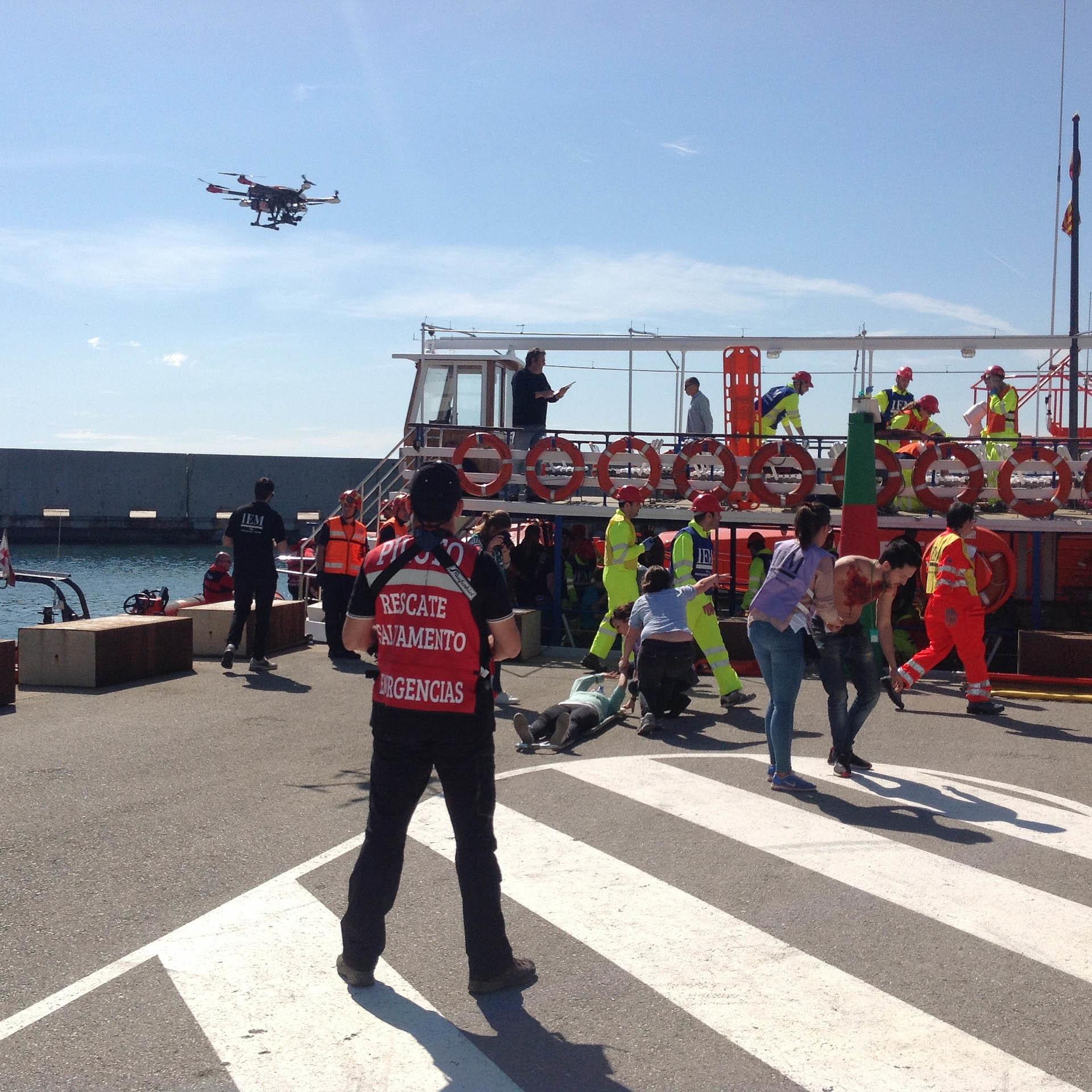 un dron pilotado por los servicios de emergencias en un puerto
