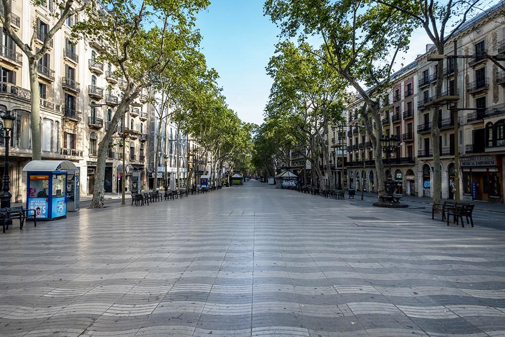 calle europea sin gente por el confinamiento
