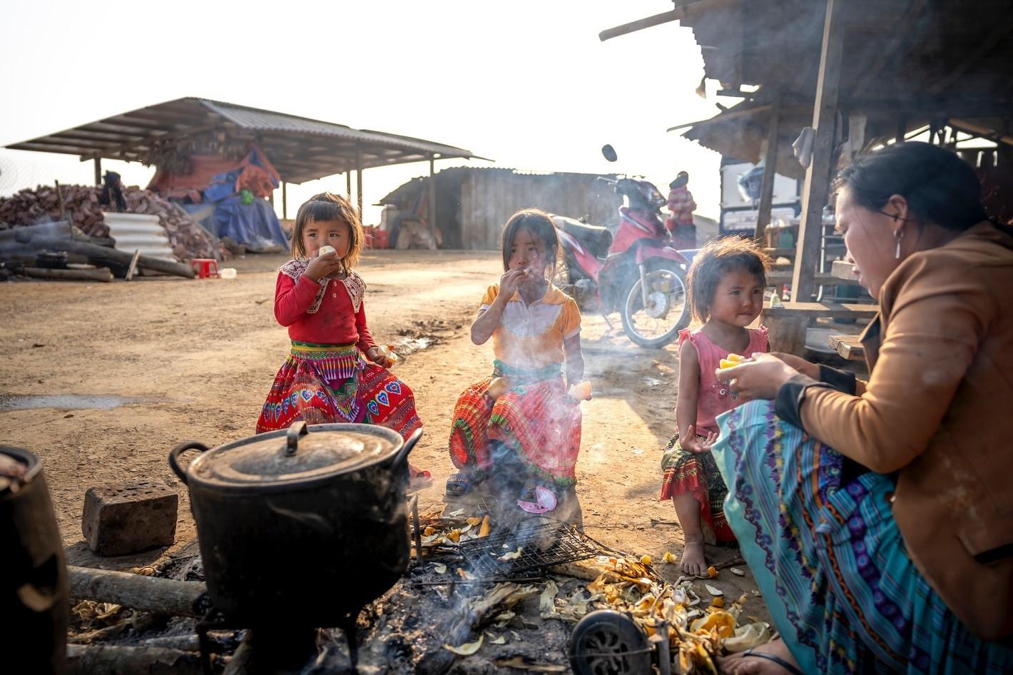 niños pobres en un campamento