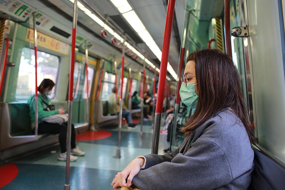 personas en el metro con mascarillas