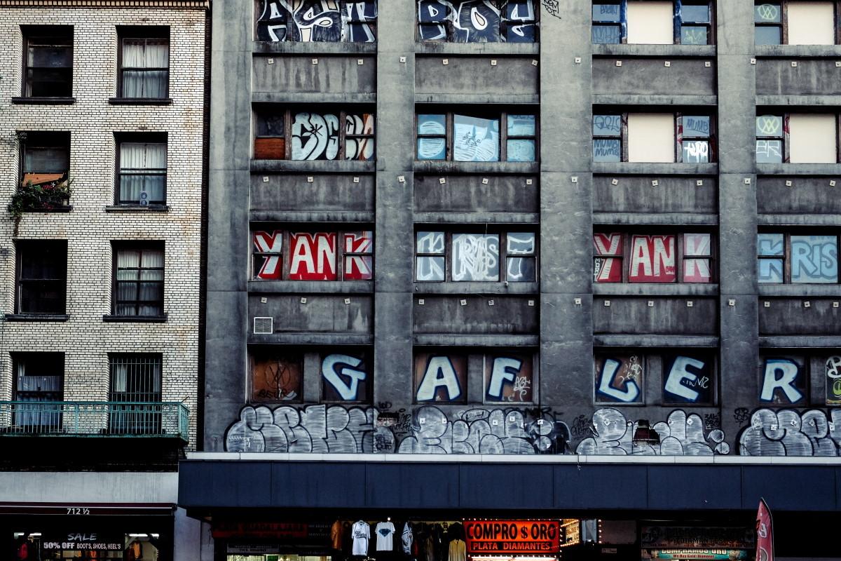 edificio con grafiti