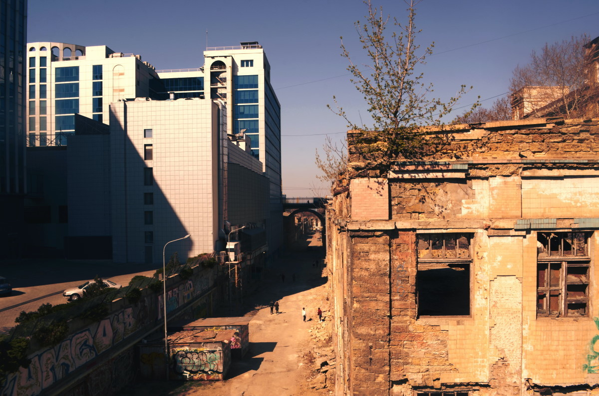 edificio en ruinas en una ciudad moderna