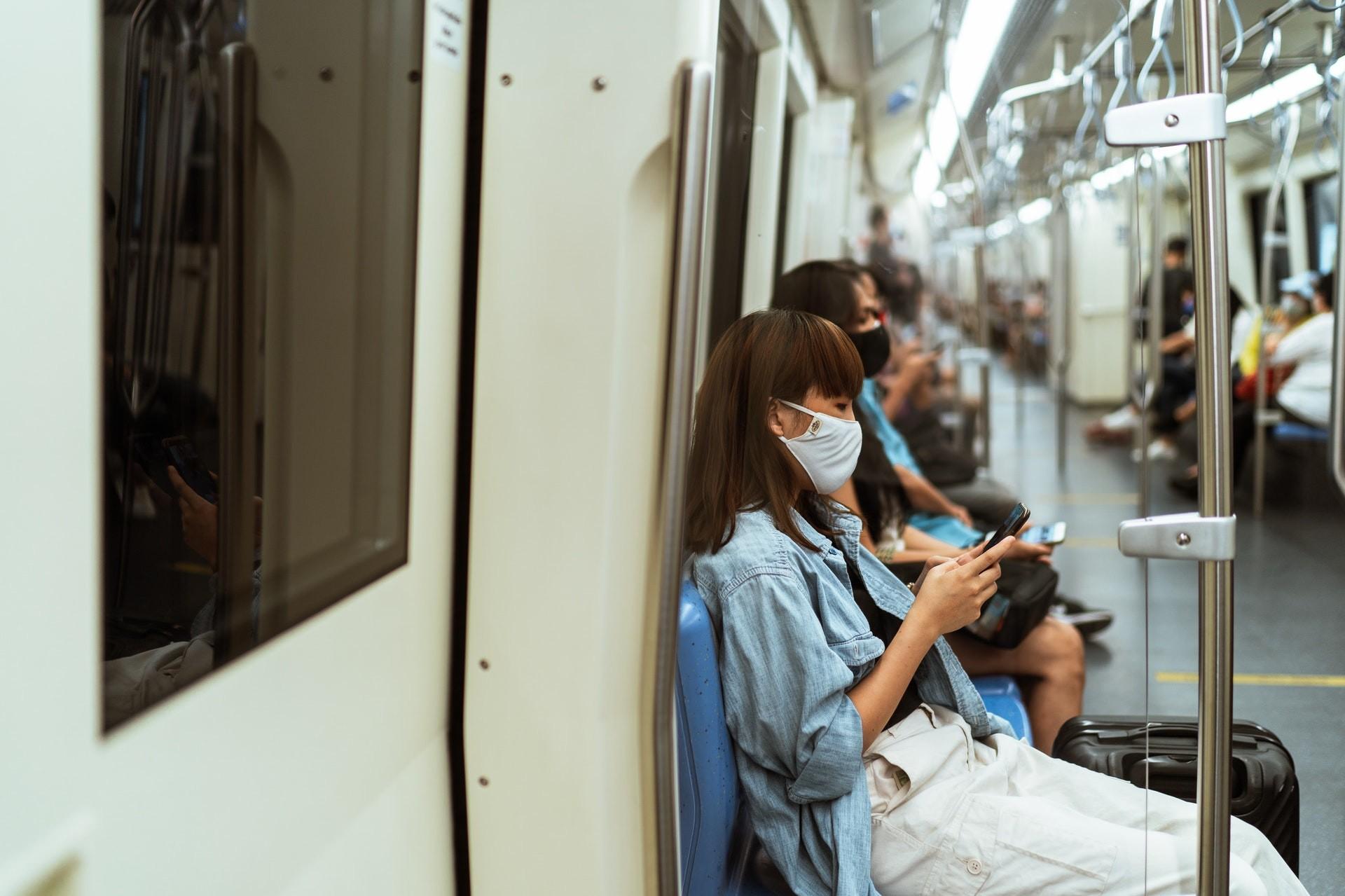 gente en el metro con mascarillas