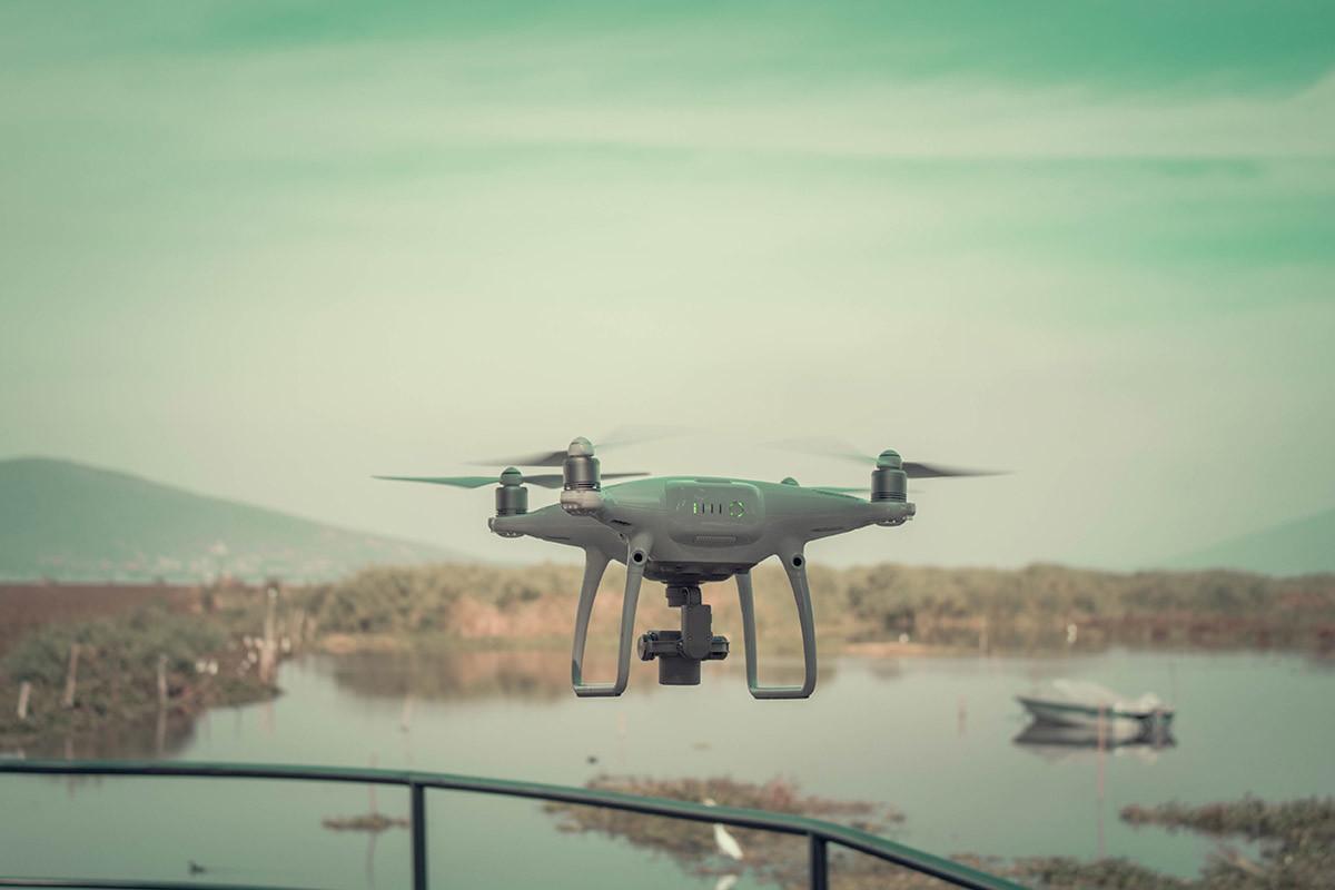 dron sobrevolando un área pantanosa