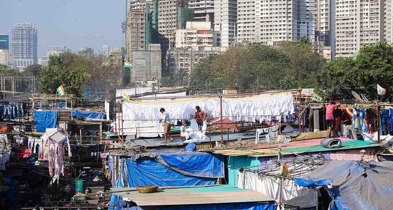 Un grupo de personas trabajan en una lavandería al aire libre en Mumbai, India.