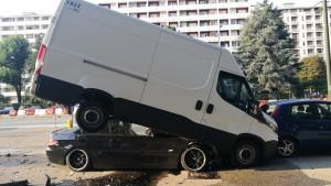 A folle velocità in corso Grosseto, con la sua Bmw si incastra sotto un furgone