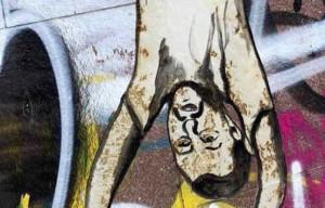 Salvini dipinto a testa in giù come Mussolini in piazzale Loreto