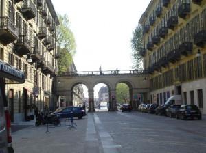 Torino: ruba un abito costoso in via Lagrange, arrestata dalla Polizia