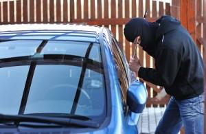 Furto su auto, scappa abbandonando la refurtiva e viene fermato dalla Polizia
