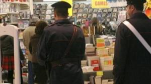 Torino: stringe genitali del titolare per garantirsi la fuga dopo il furto nel negozio