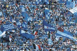 Tifoso napoletano sradica e lancia un seggiolino sui supporter juventini