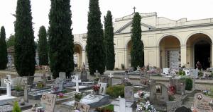 Rifiuti tra i resti umani in tre cimiteri torinesi
