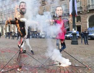 Manichini di Salvini e Di Maio bruciati in piazza Castello
