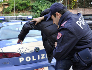 Padre e figlio arrestati dalla Polizia di Stato per una rapina all'interno di un bar