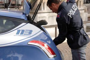 Torino: offre stupefacente a poliziotti in servizio
