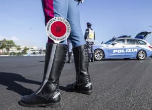Estorce del denaro a un automobilista e poi va in escandescenze contro i poliziotti