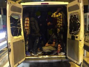 La Polizia ferma un furgone con un 'carico' di 27 persone
