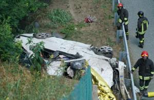 Auto fuori strada si ribalta sulla A5, un morto