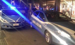 Torino: appeso con mezzo busto in un'auto in sosta, ma passa la volante