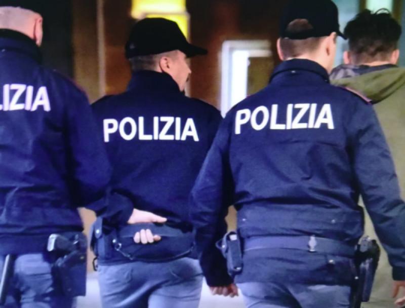 Torino: entrano in un appartamento e lo svaligiano ma uno dei due rapinatori cade dal balcone