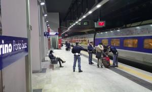 Torino, rubano un portafoglio a bordo treno: arrestati in due