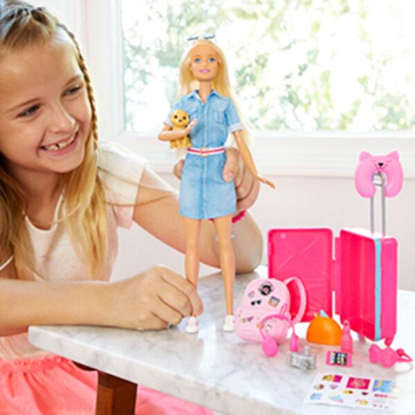 Barbie in Viaggio, Bambola Bionda con Cucciolo, Valigia che si Apre, Adesivi e Accessori