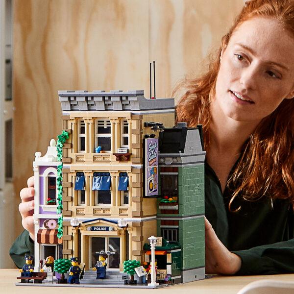 LEGO Creator Expert Stazione di Polizia, Grande Set di Costruzioni per Adulti, Collezione di Edifici Modulari, 10278    LEGO ARCHITECTURE